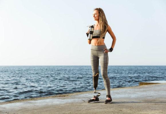 Pierwsze kroki z protezą nogi – na jakie trudności musisz się przygotować?
