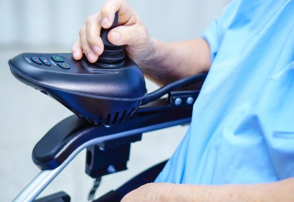 Kiedy warto wybrać wózek inwalidzki z napędem elektrycznym? – poradnik